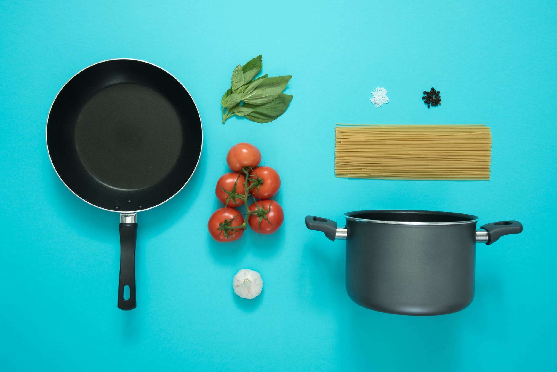 difference between saucepans and pots
